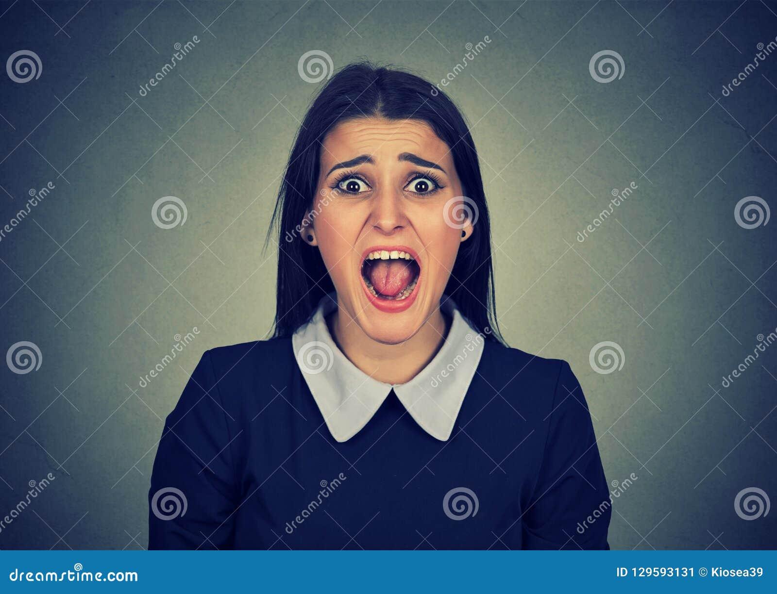 Mulher irritada que grita na câmera