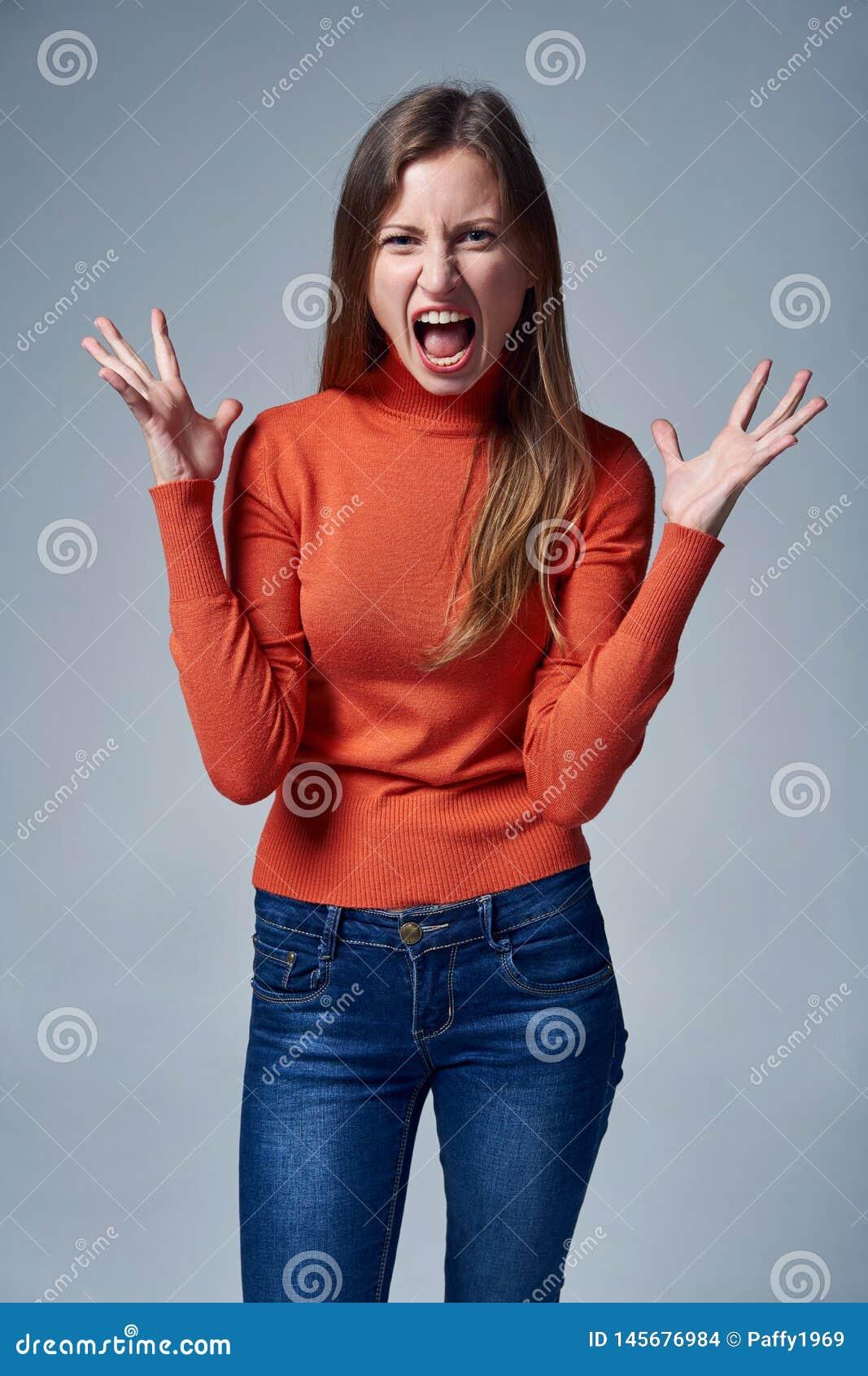 Mulher irritada que grita