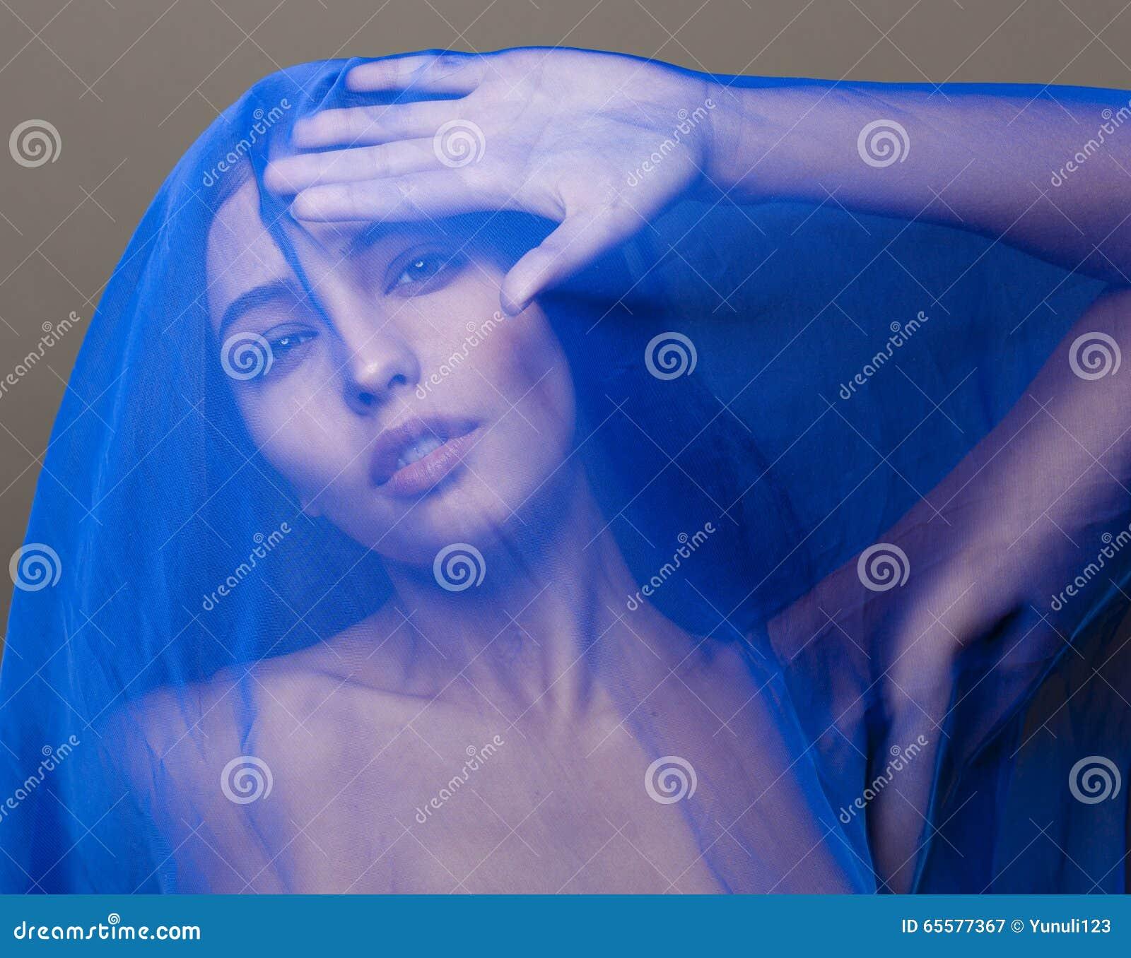 Mulher islâmica nova da beleza sob o véu, hijab azul no fim da cara acima, arte