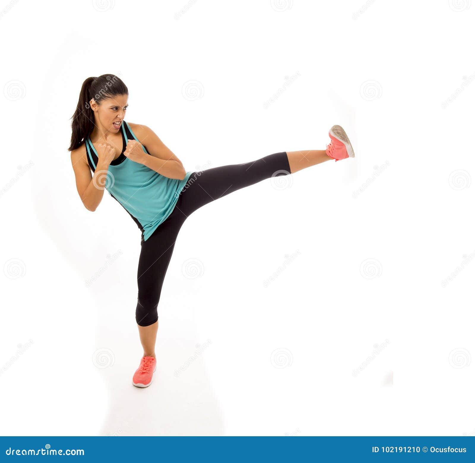 Mulher latin atrativa e furioso nova do esporte na luta e no exercício do treinamento do encaixotamento de pontapé que jogam o at