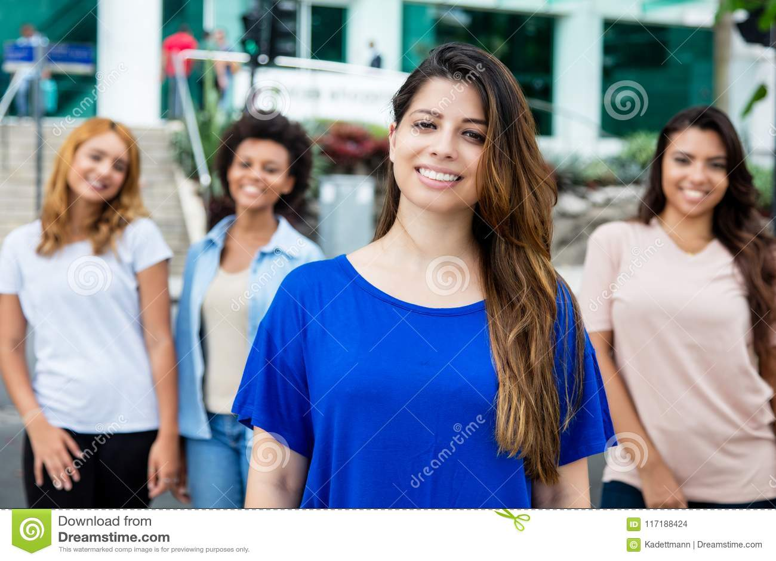 Mulher latino-americano com latino e meninas latino-americanos e africanas