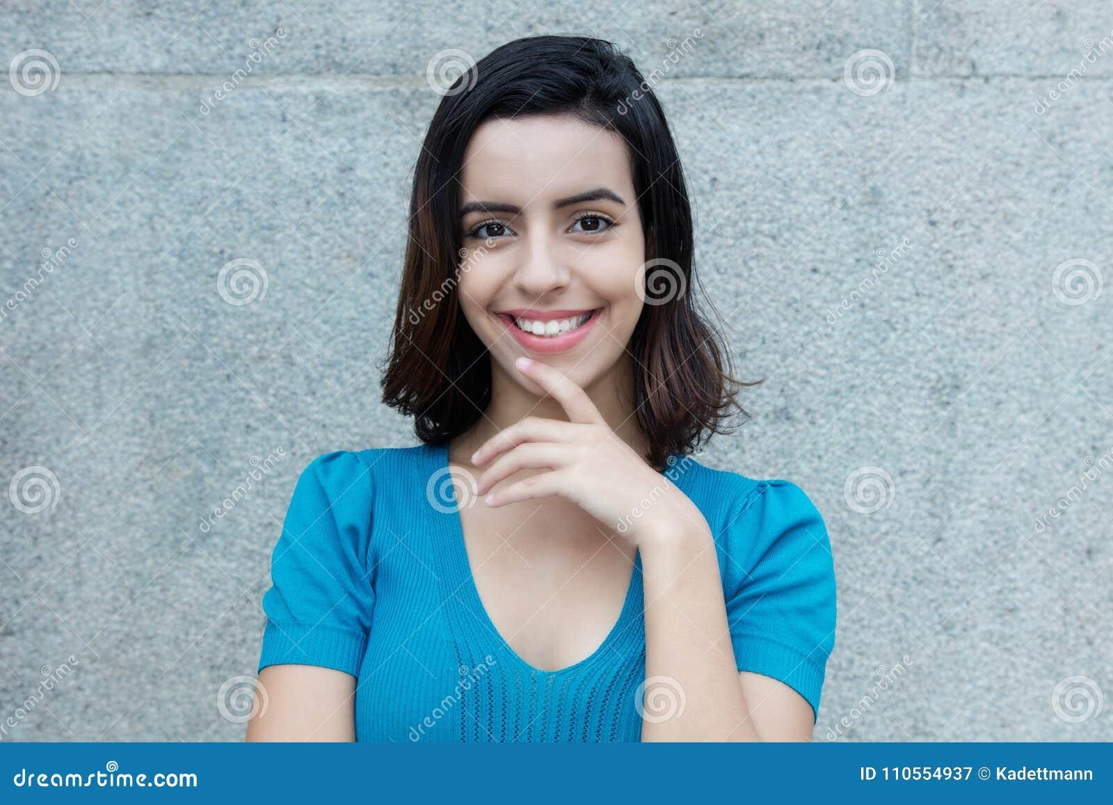 Mulher latino-americano de sorriso bonita que olha a câmera