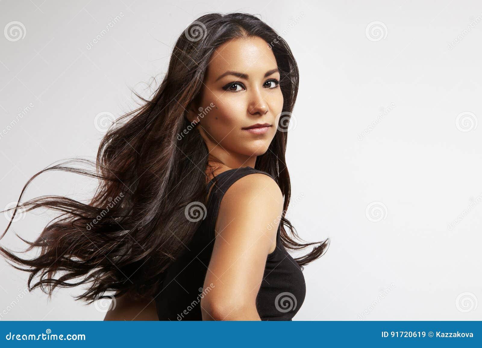 Mulher latino com cabelo de sopro