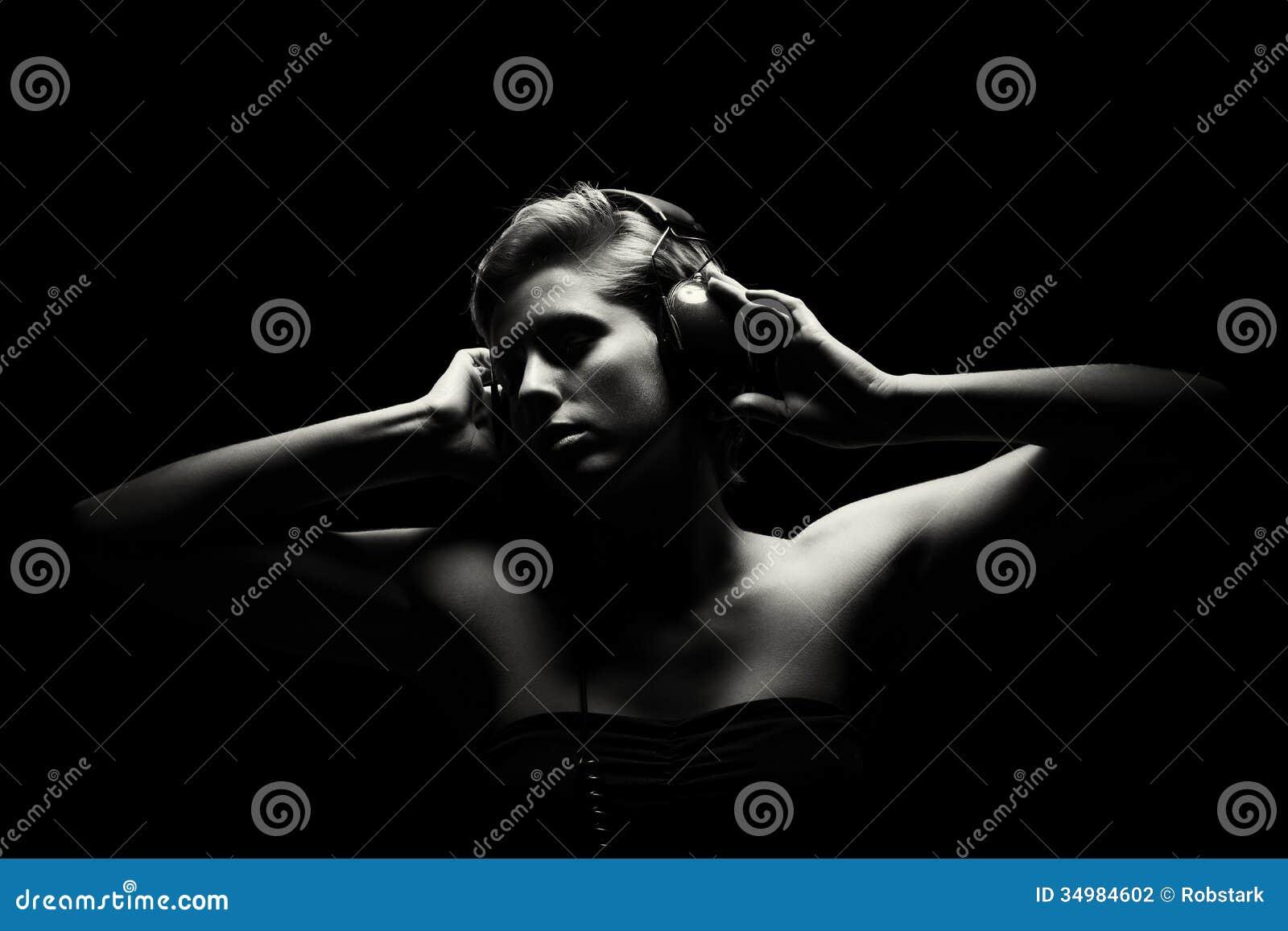 Mulher lindo na escuta preto e branco a música