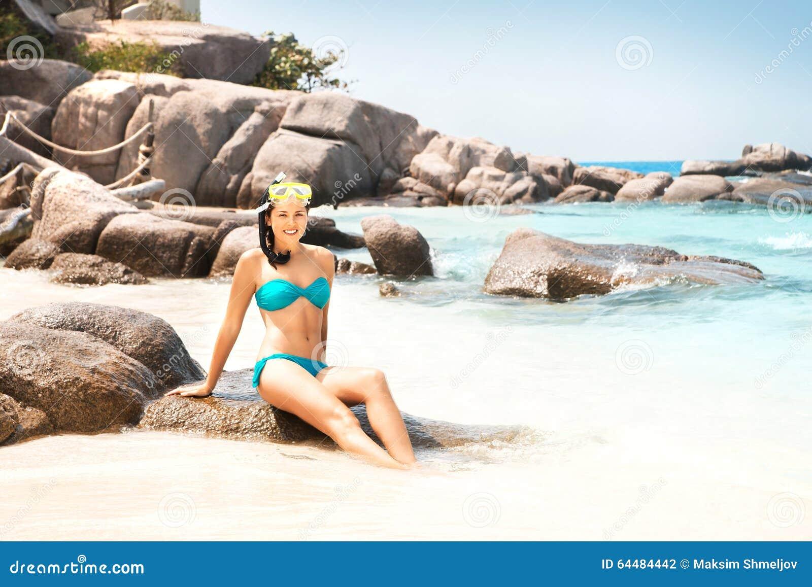 Mulher lindo no biquini ciano com máscara do mergulho