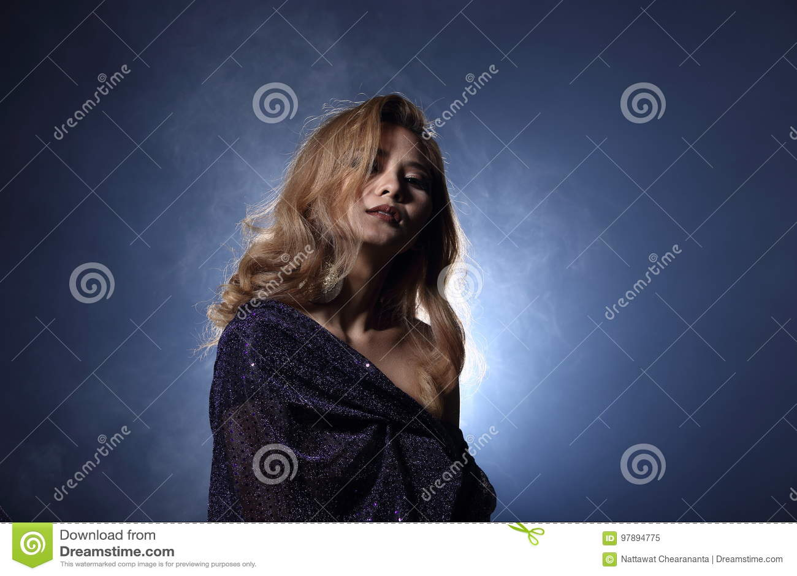 Mulher loura asiática do cabelo da onda, ombros abertos do retrato com purpl