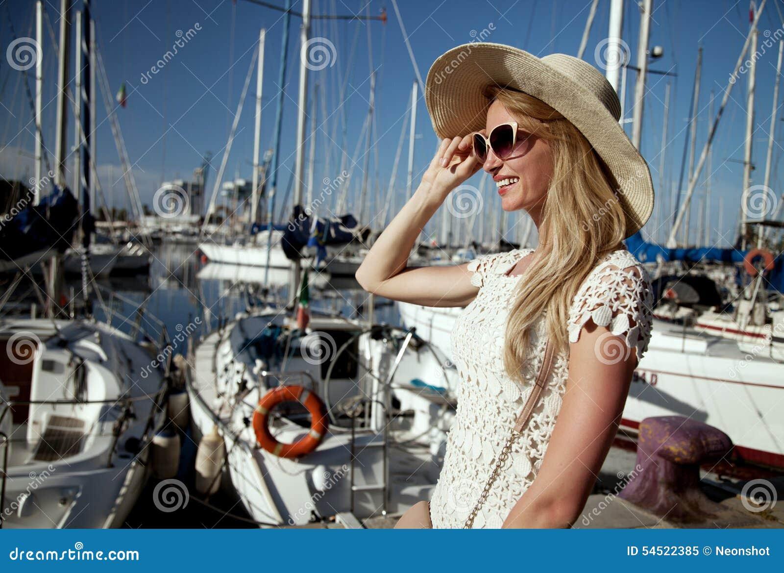 Mulher loura atrativa no porto