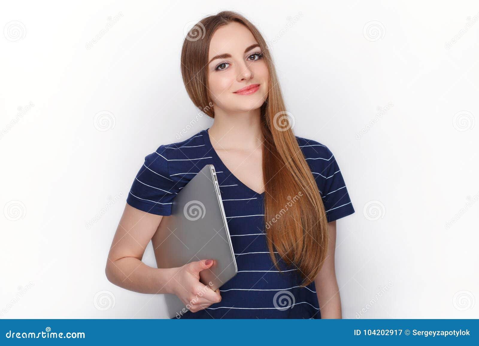Mulher loura caucasiano atrativa alegre com utilização do laptop elegante magro isolado em um fundo branco