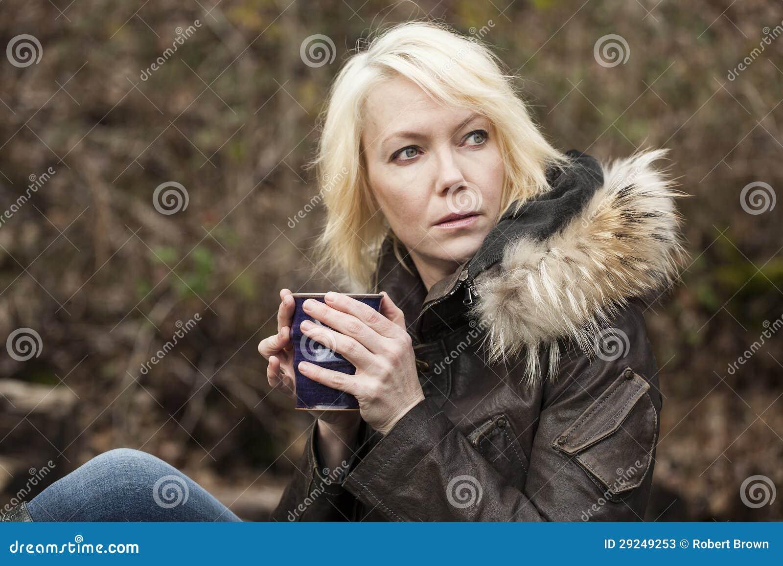 Download Mulher Loura Com Olhos Azuis Bonitos Imagem de Stock - Imagem de fêmea, cafeína: 29249253
