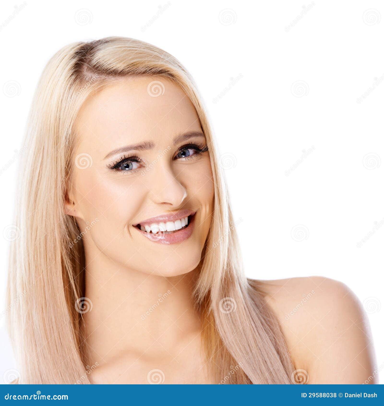 Mulher loura de cabelos compridos feliz no branco