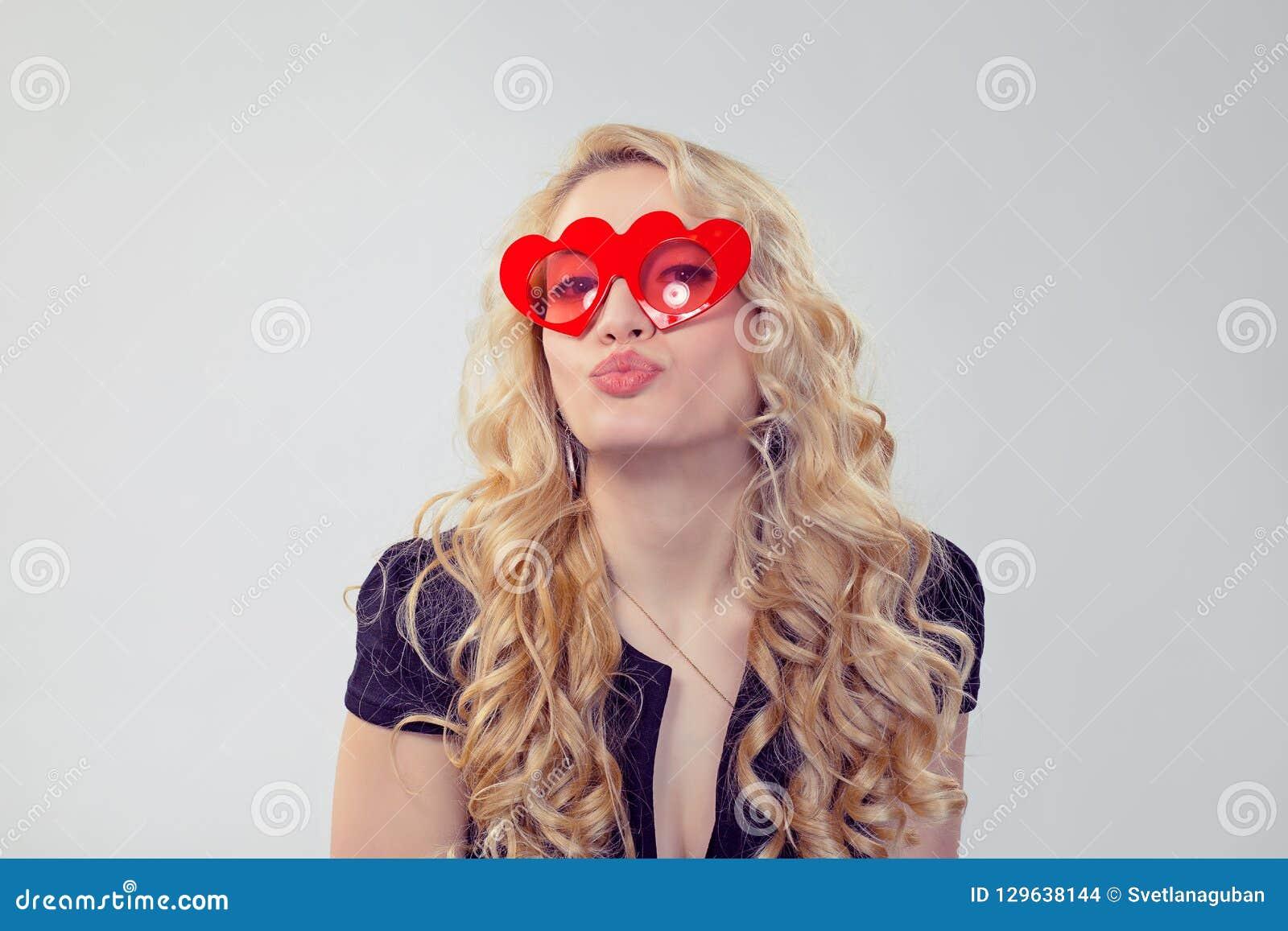 Mulher loura de encantamento em vidros coração-dados forma