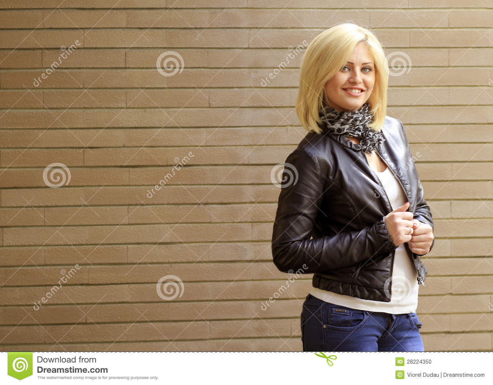 Mulher loura de sorriso