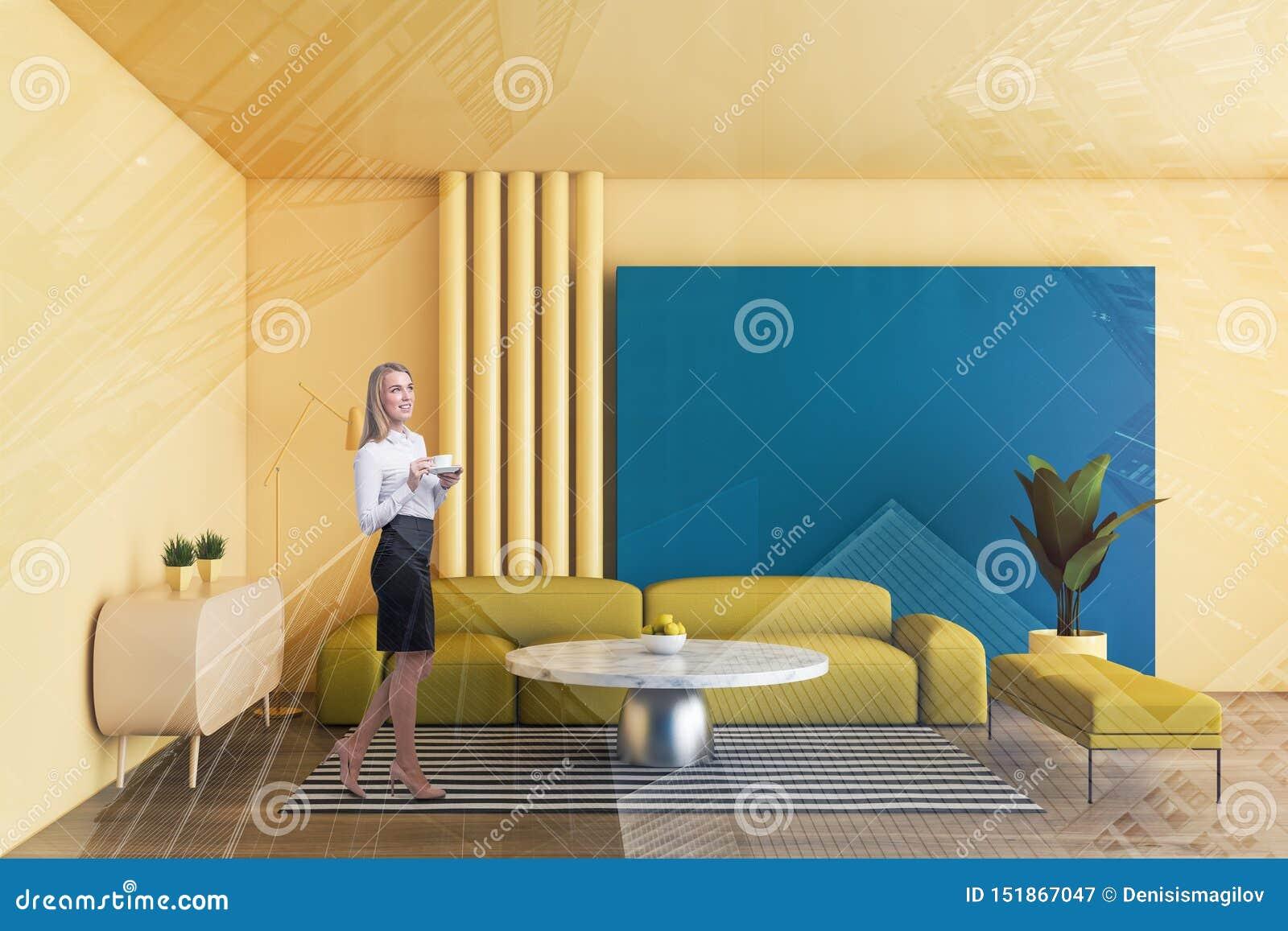 Mulher loura na sala de visitas amarela