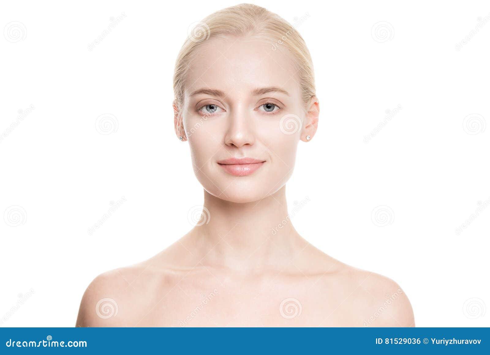 Mulher loura nova bonita com pele perfeita