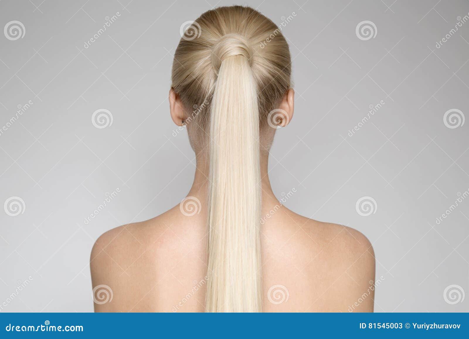 Mulher loura nova bonita com rabo de cavalo Hairstуle