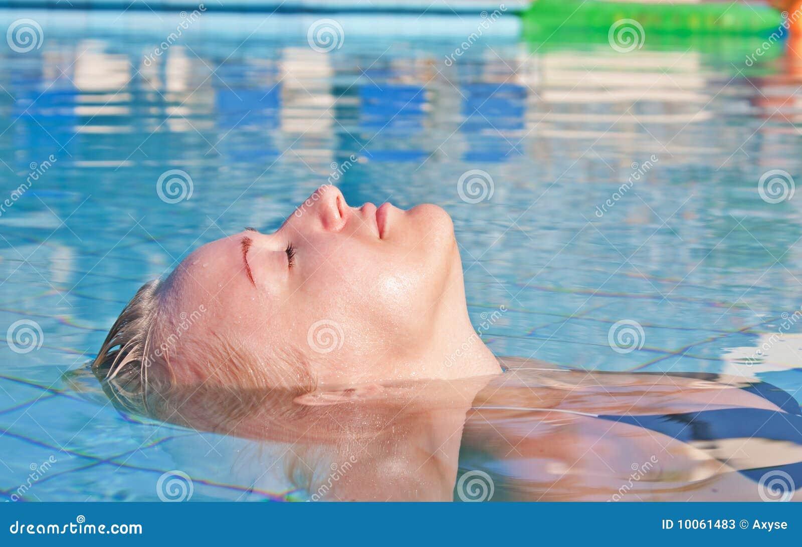 Mulher loura nova na piscina