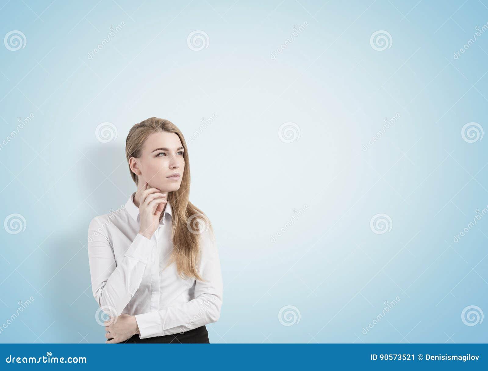Mulher loura pensativa, azul