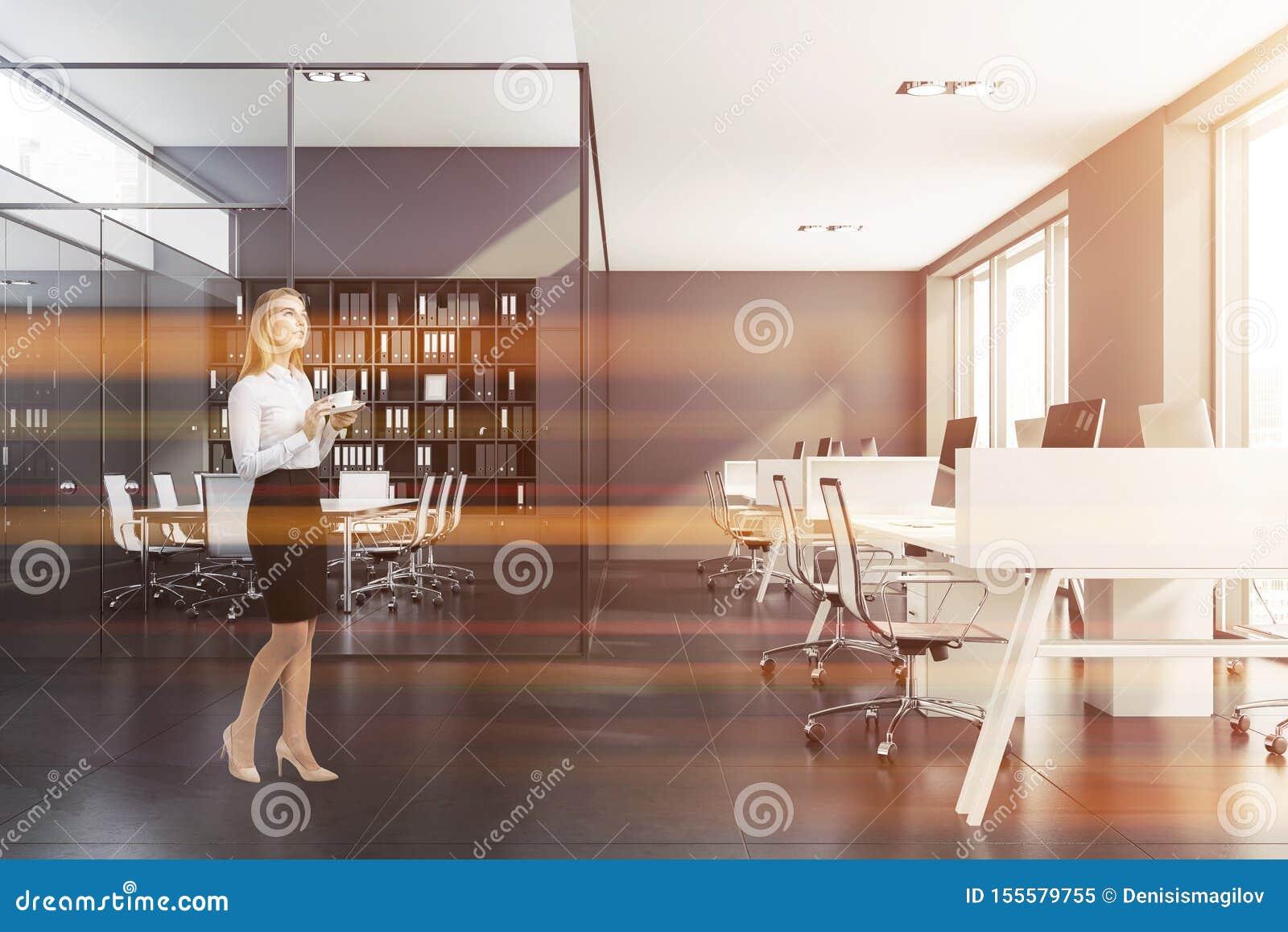 Mulher loura perto da sala de reunião cinzenta