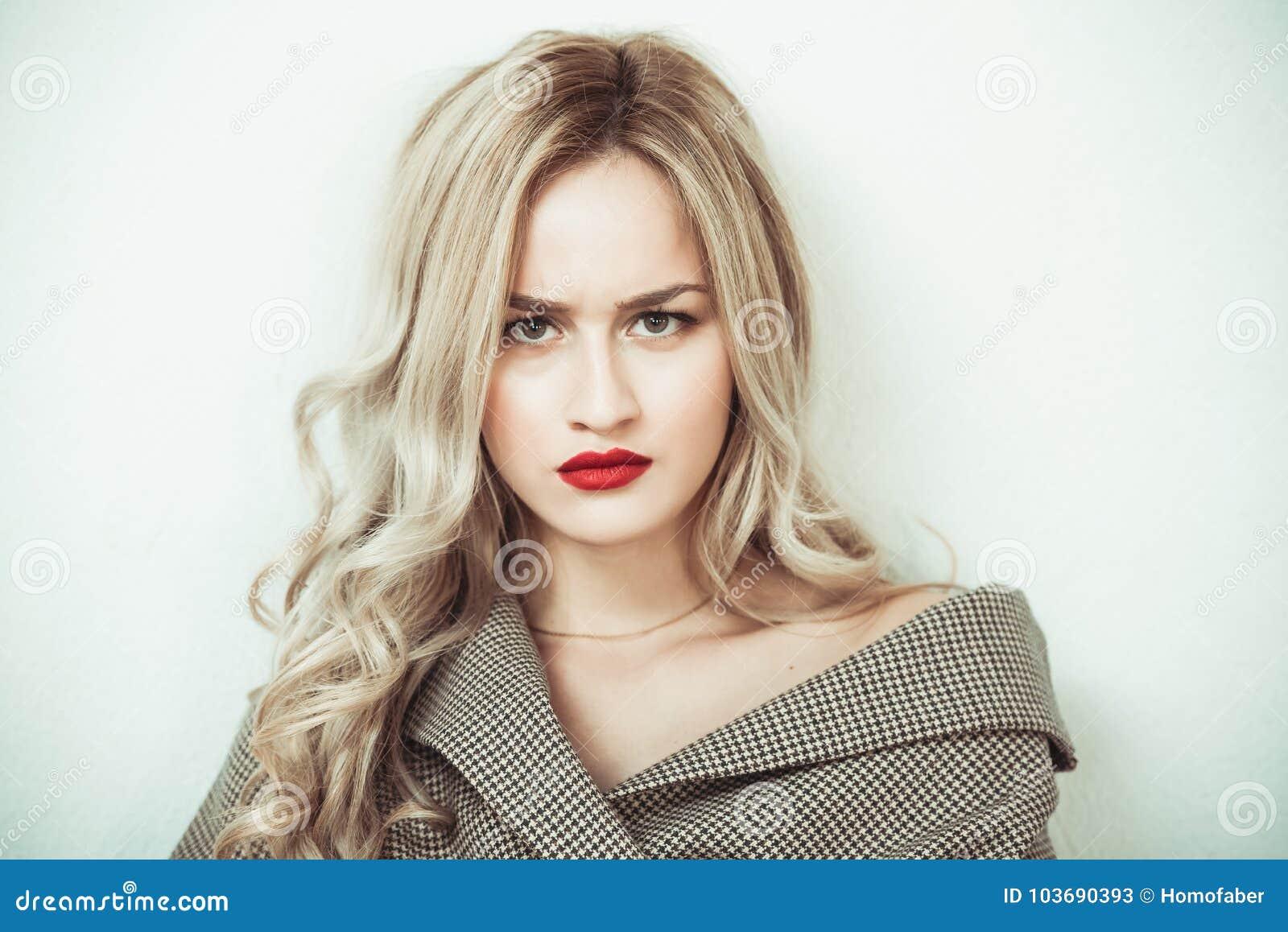 Mulher loura que faz expressões da cara