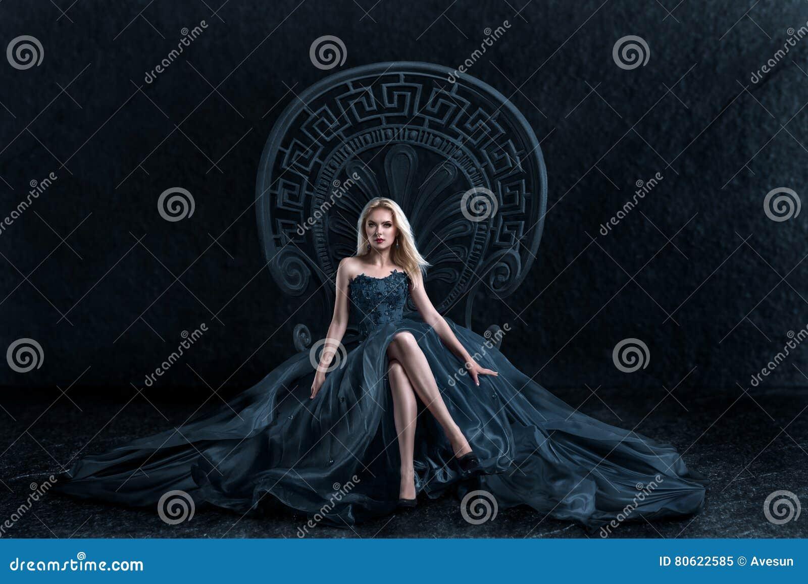 Mulher loura que senta-se no trono