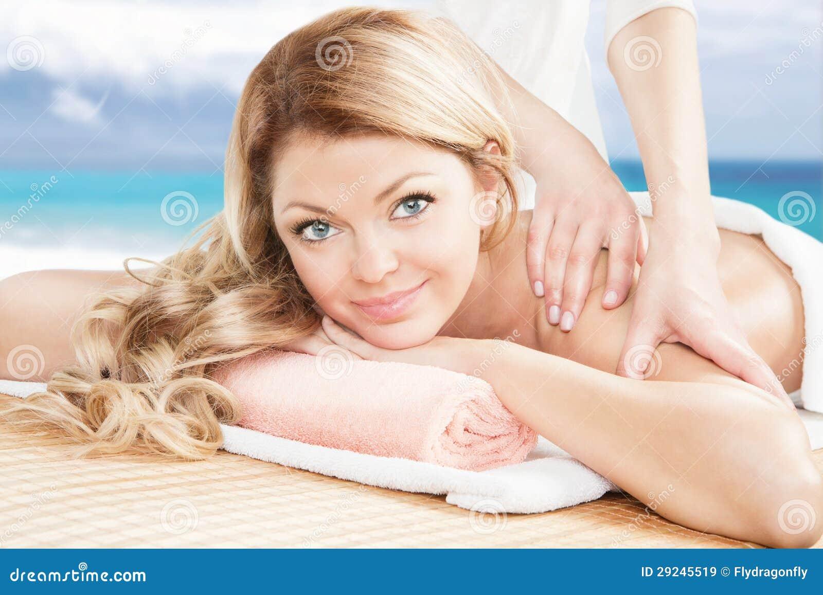 Download Mulher Loura Que Tem Uma Massagem Profissional Na Praia Imagem de Stock - Imagem de atrativo, retrato: 29245519