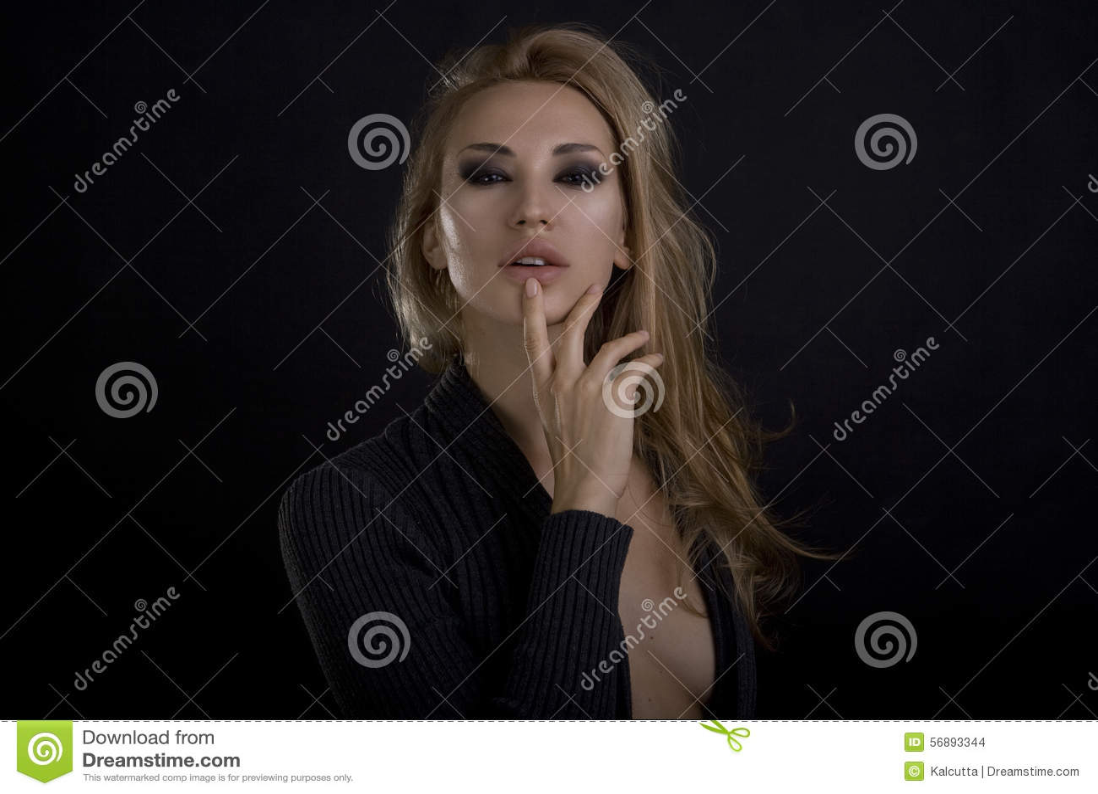 Mulher loura  sexy  bonita Fundo escuro Smokey eyes a composição