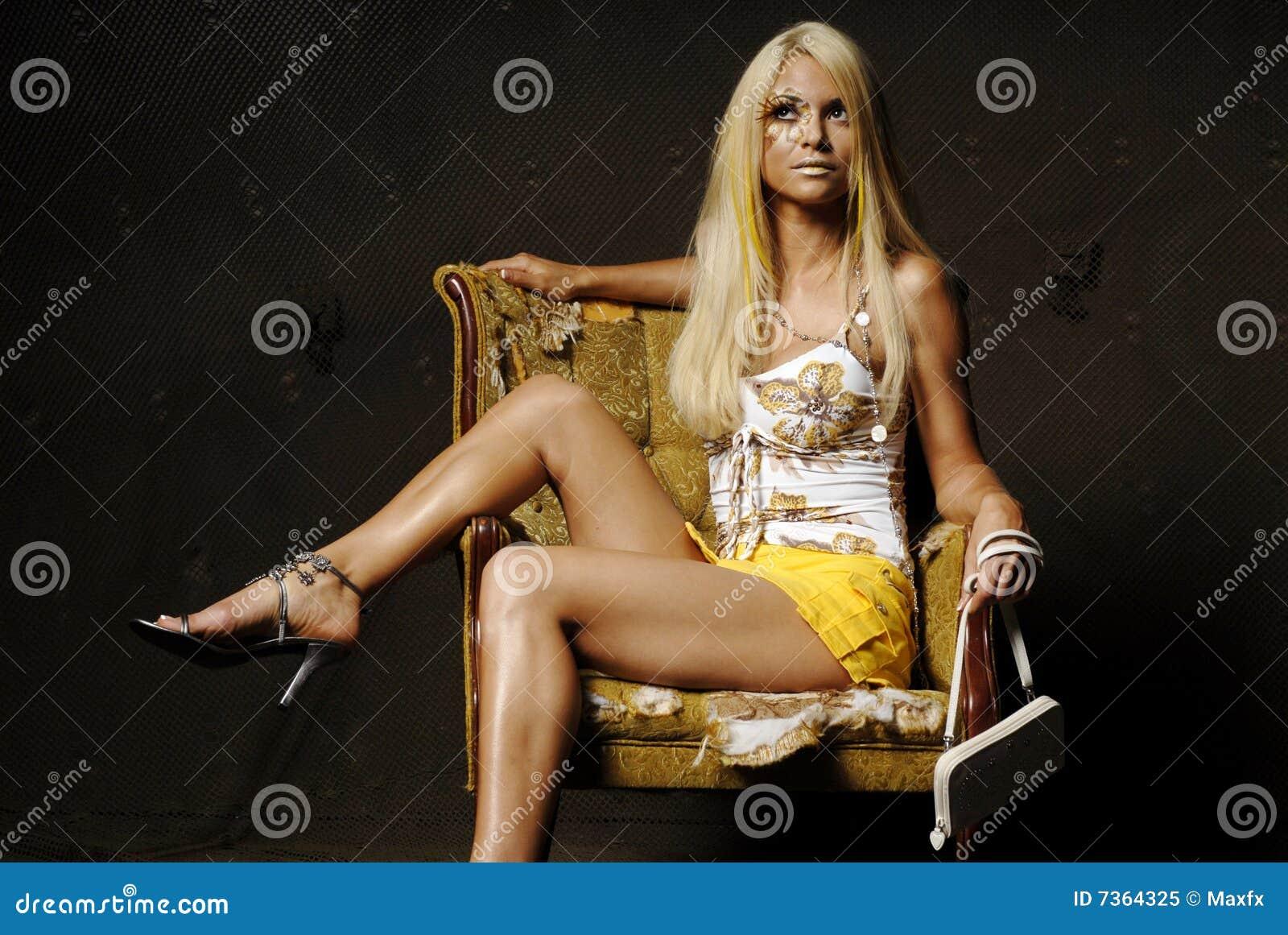 Mulher loura  sexy  com composição