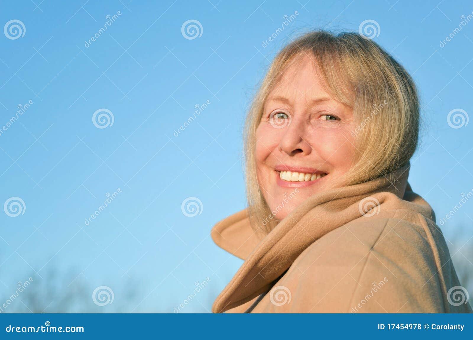 Mulher madura de sorriso feliz