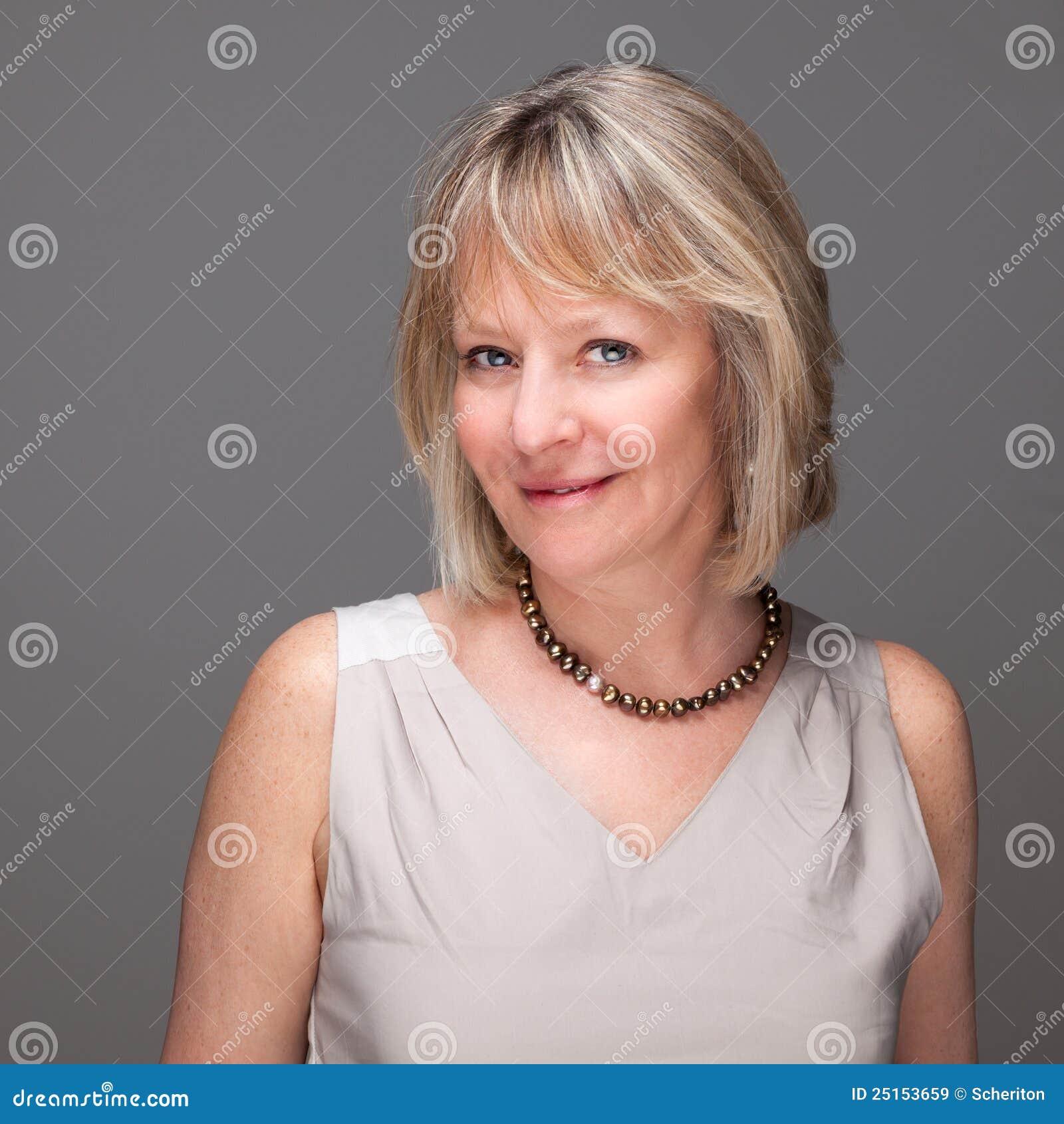 Mulher madura elegante de sorriso atrativa