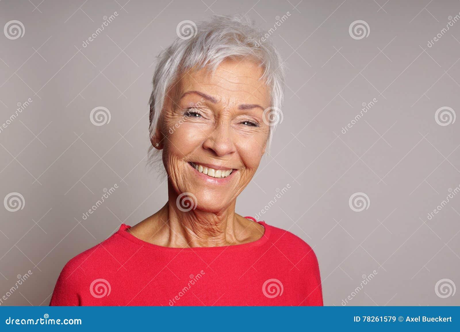 Mulher madura feliz em seus anos sessenta