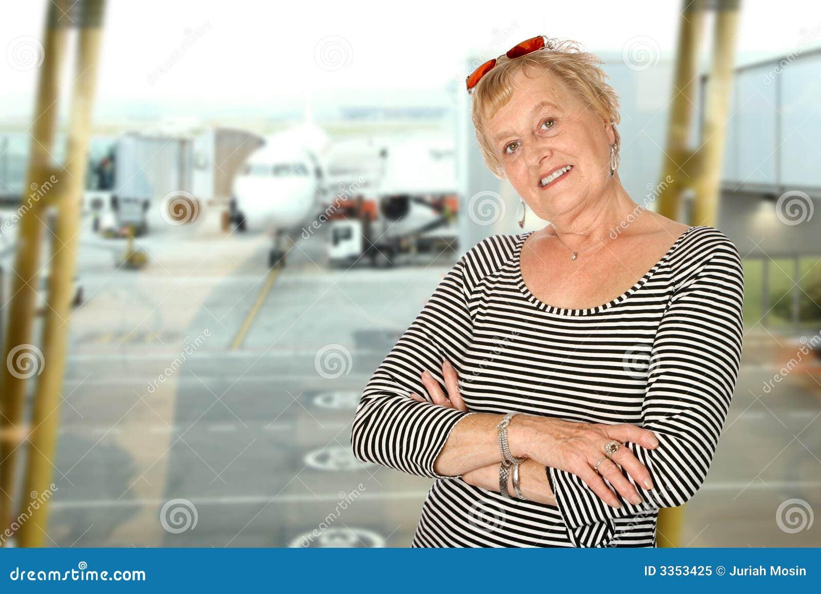 Mulher madura no aeroporto