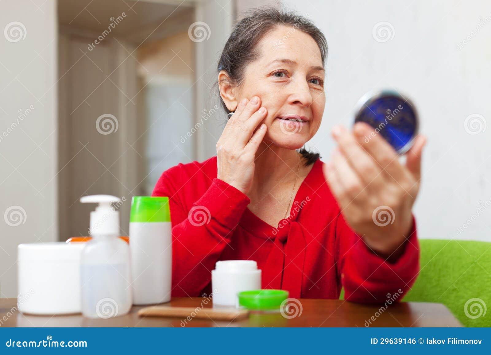A mulher madura olha fixamente em sua cara