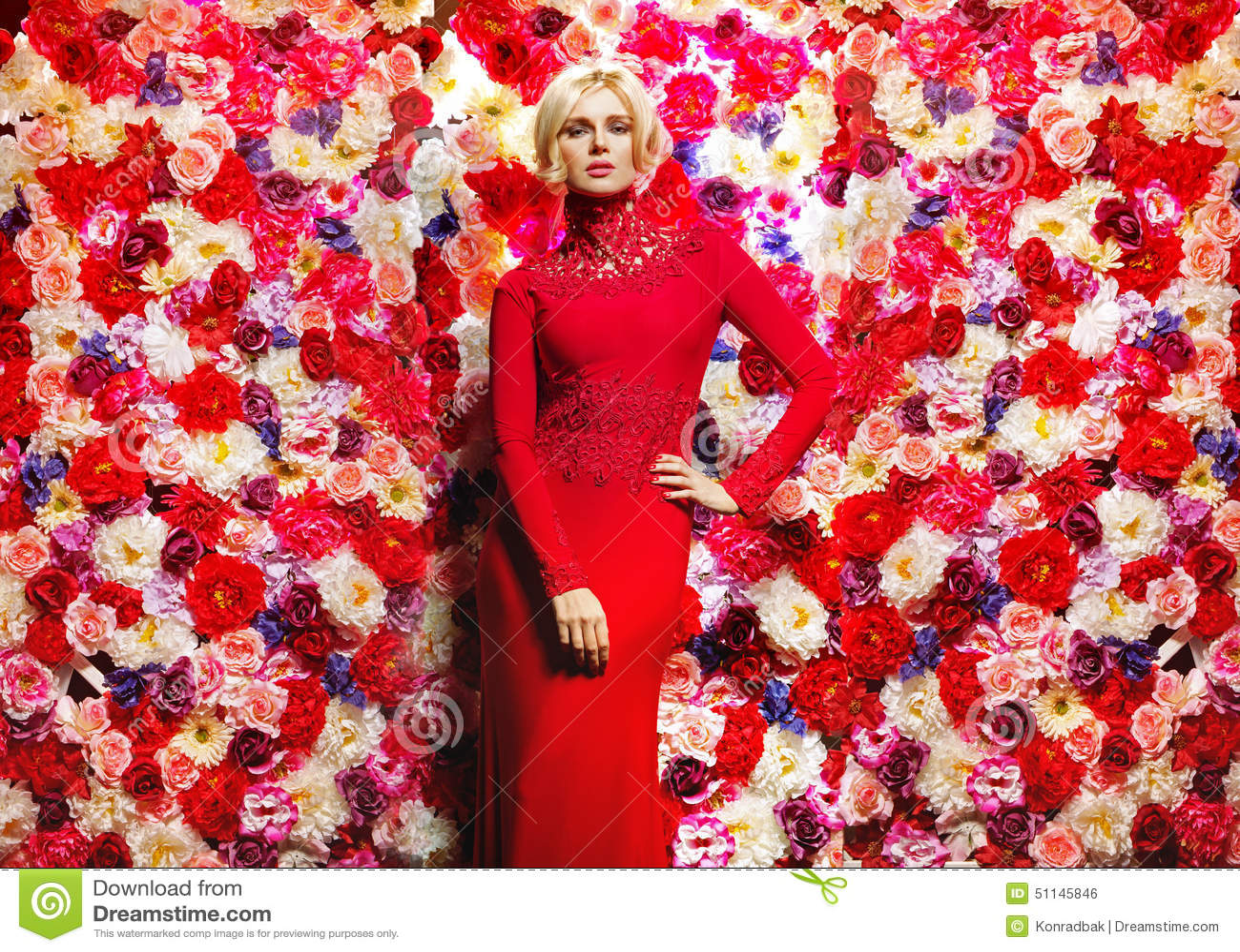 Mulher magro loura sobre a parede da flor