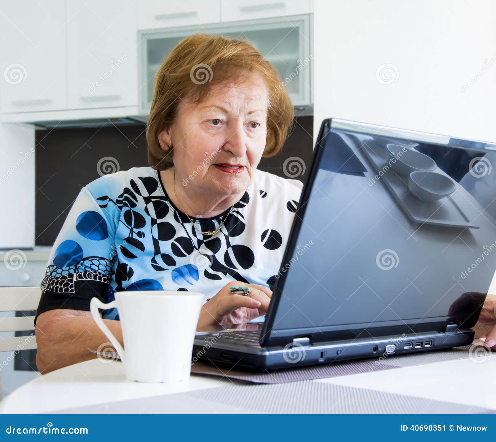 Mulher mais idosa com um computador