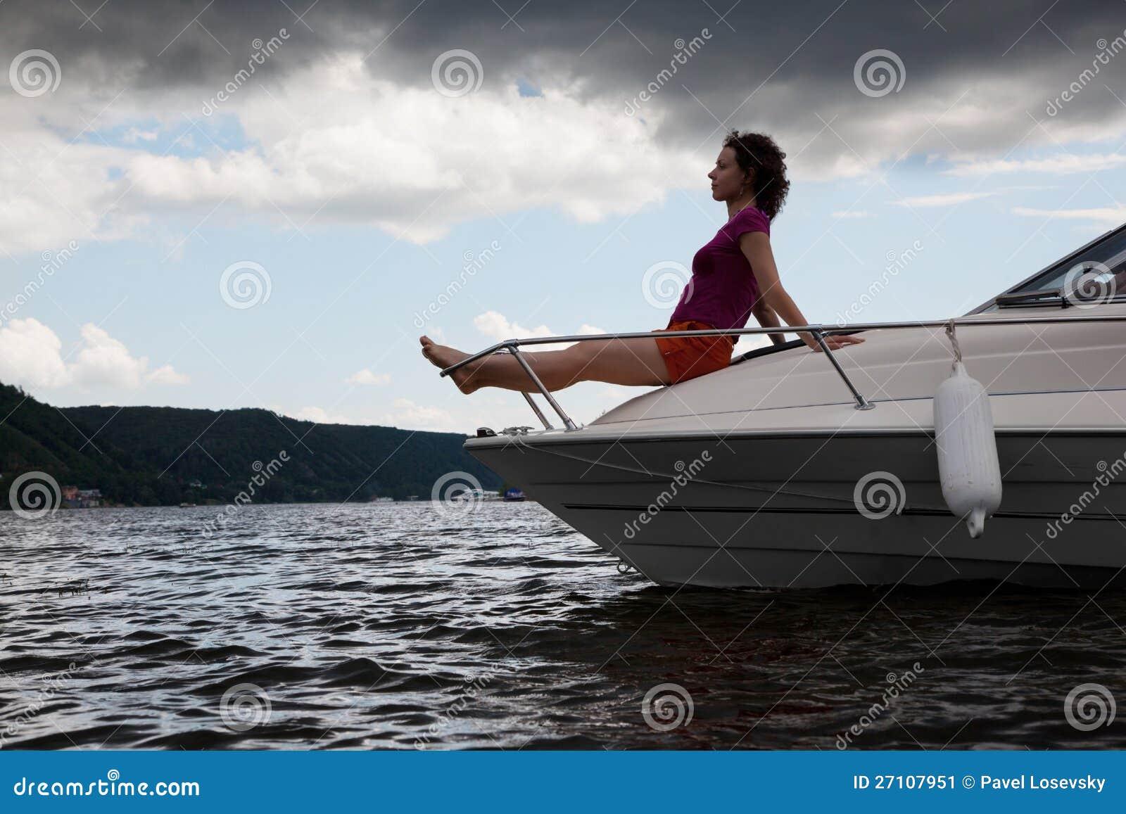 A mulher meditate na curva do cortador