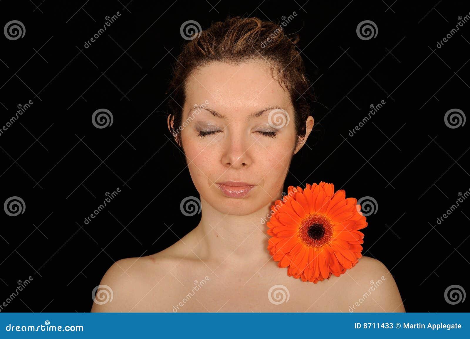 Mulher Meditating com flor