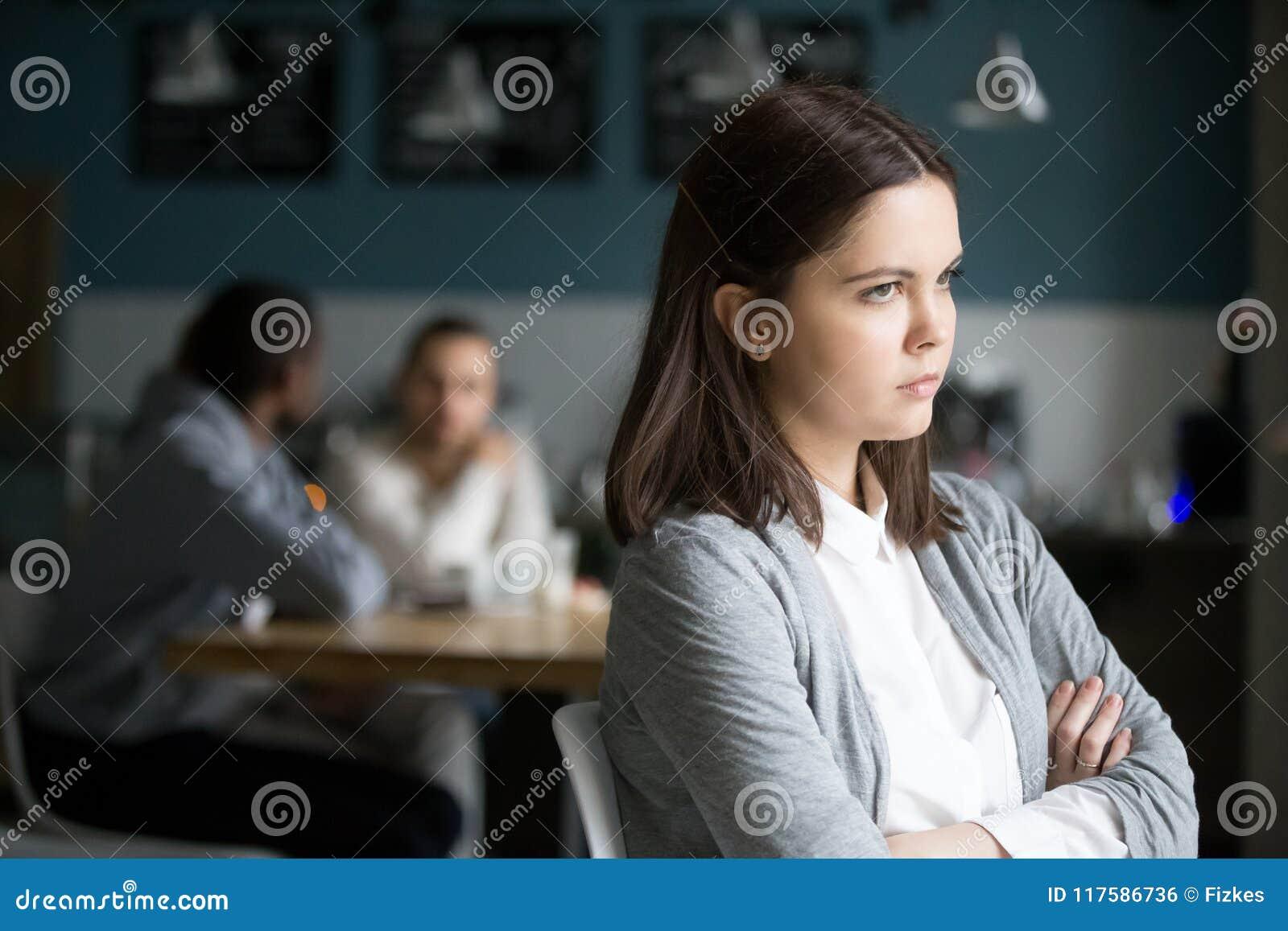 Mulher milenar frustrante que não tem nenhum amigo que senta-se apenas em c