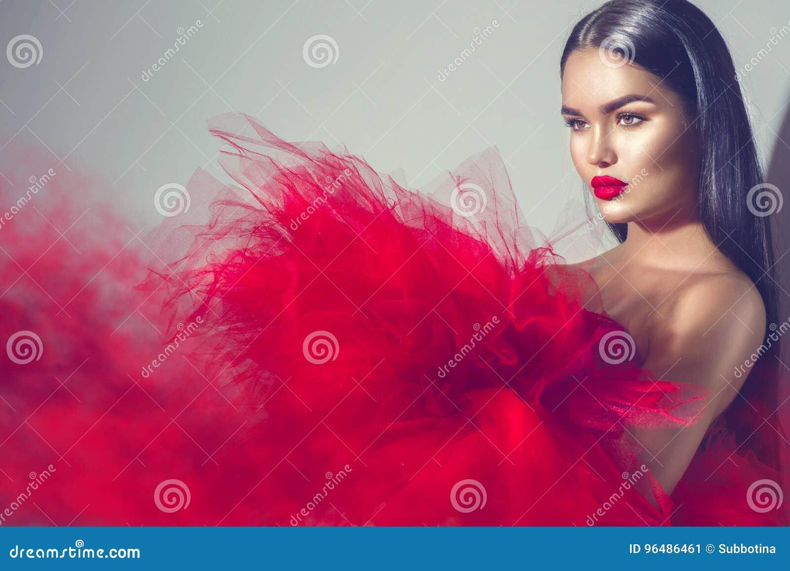 Mulher modelo moreno lindo no vestido vermelho