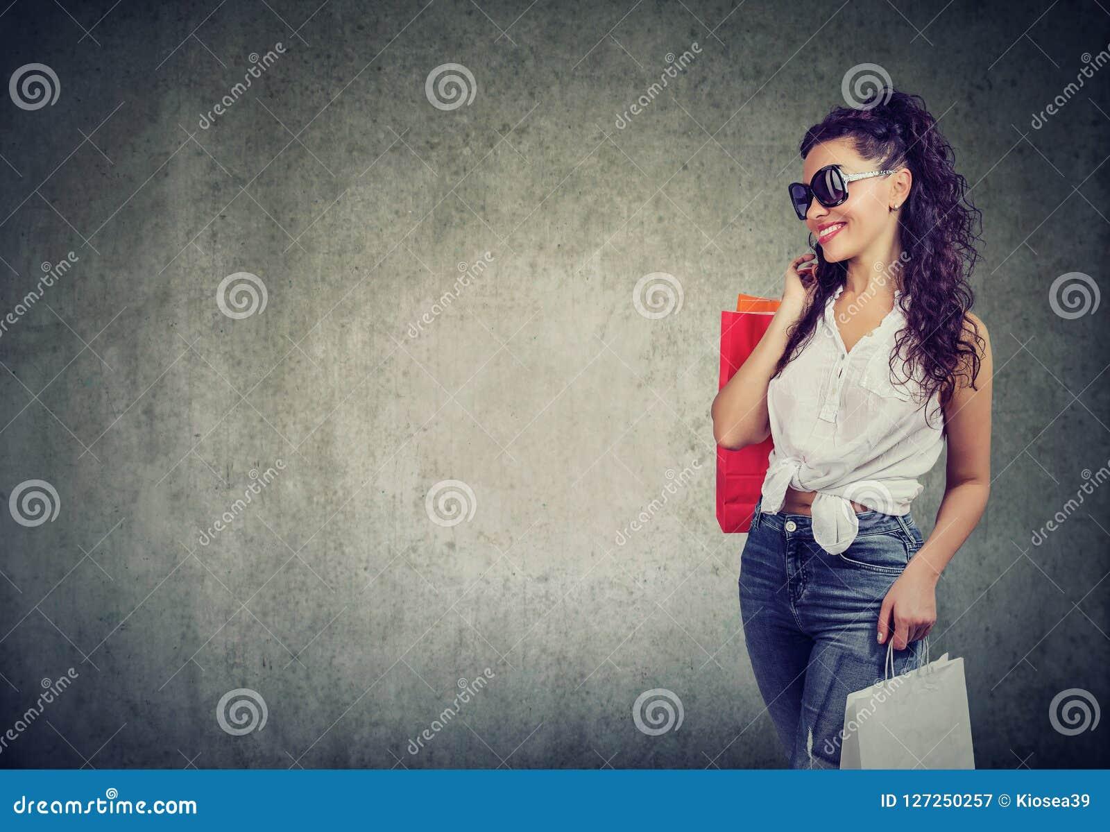 Mulher moderna com sacos de compras