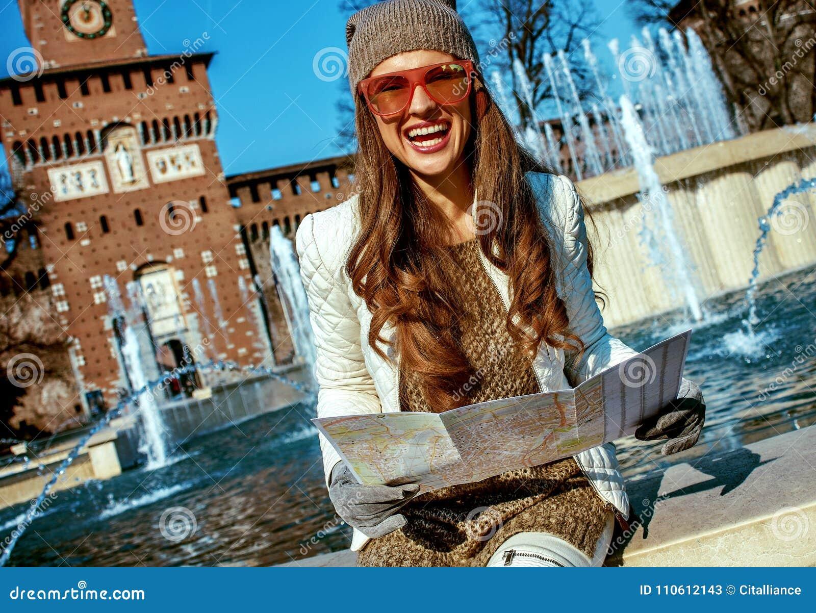 Mulher moderna de sorriso do turista em Milão, Itália com mapa