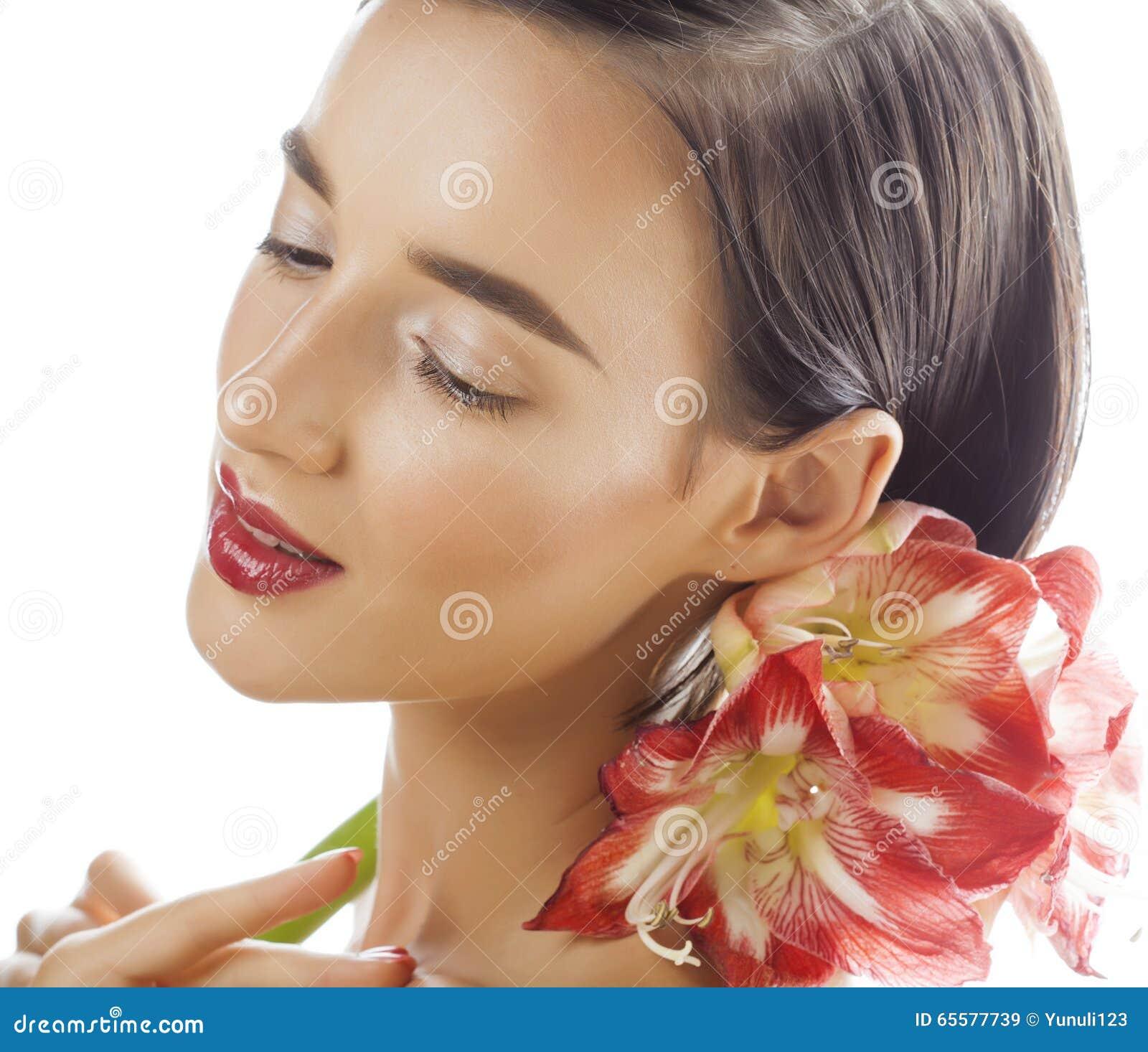 Mulher moreno bonita nova com fim vermelho da amarílis da flor isolada acima no fundo branco Composição extravagante da forma