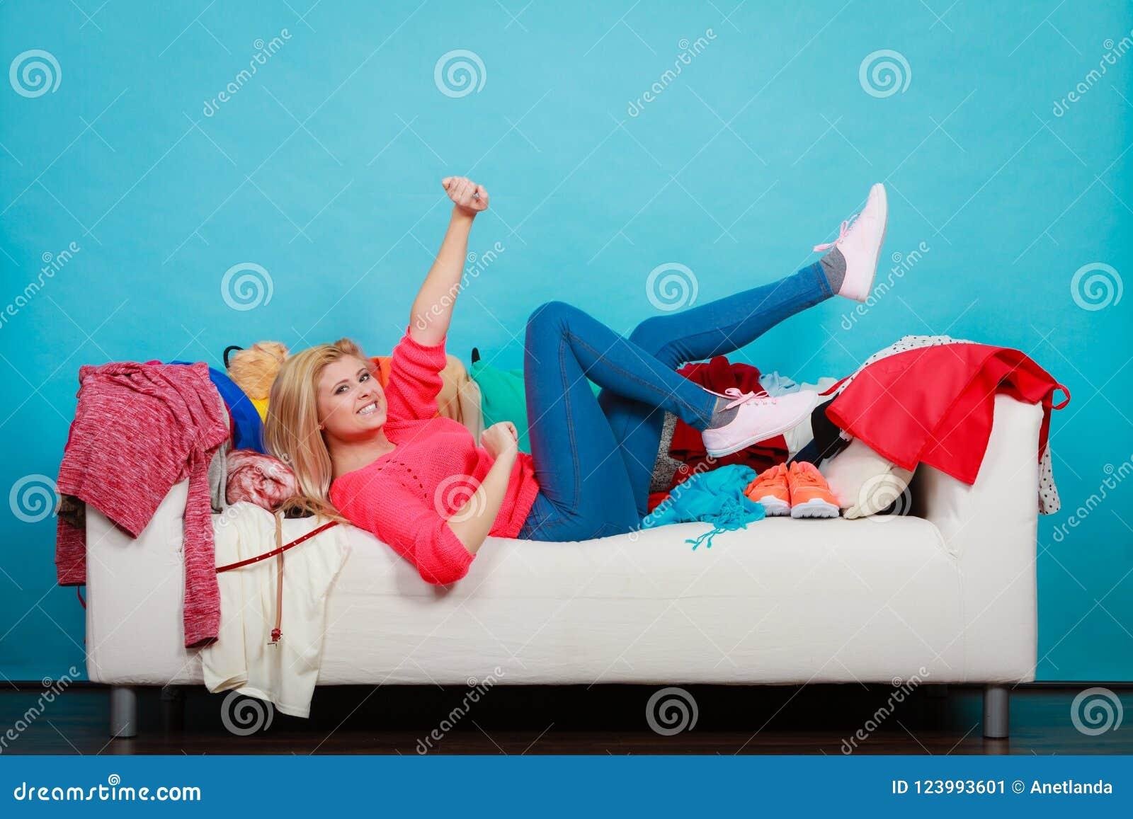 A mulher não conhece o que vestir o encontro no sofá