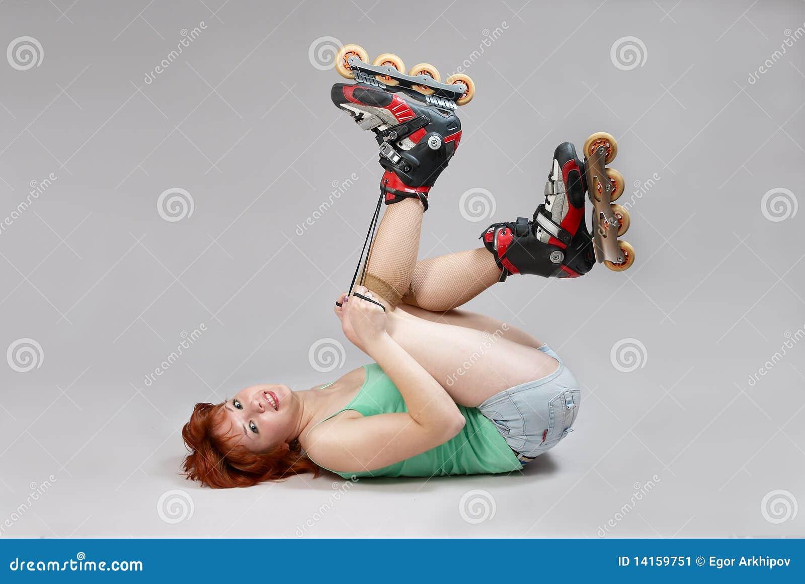 Mulher na atadura dos rolo-patins.