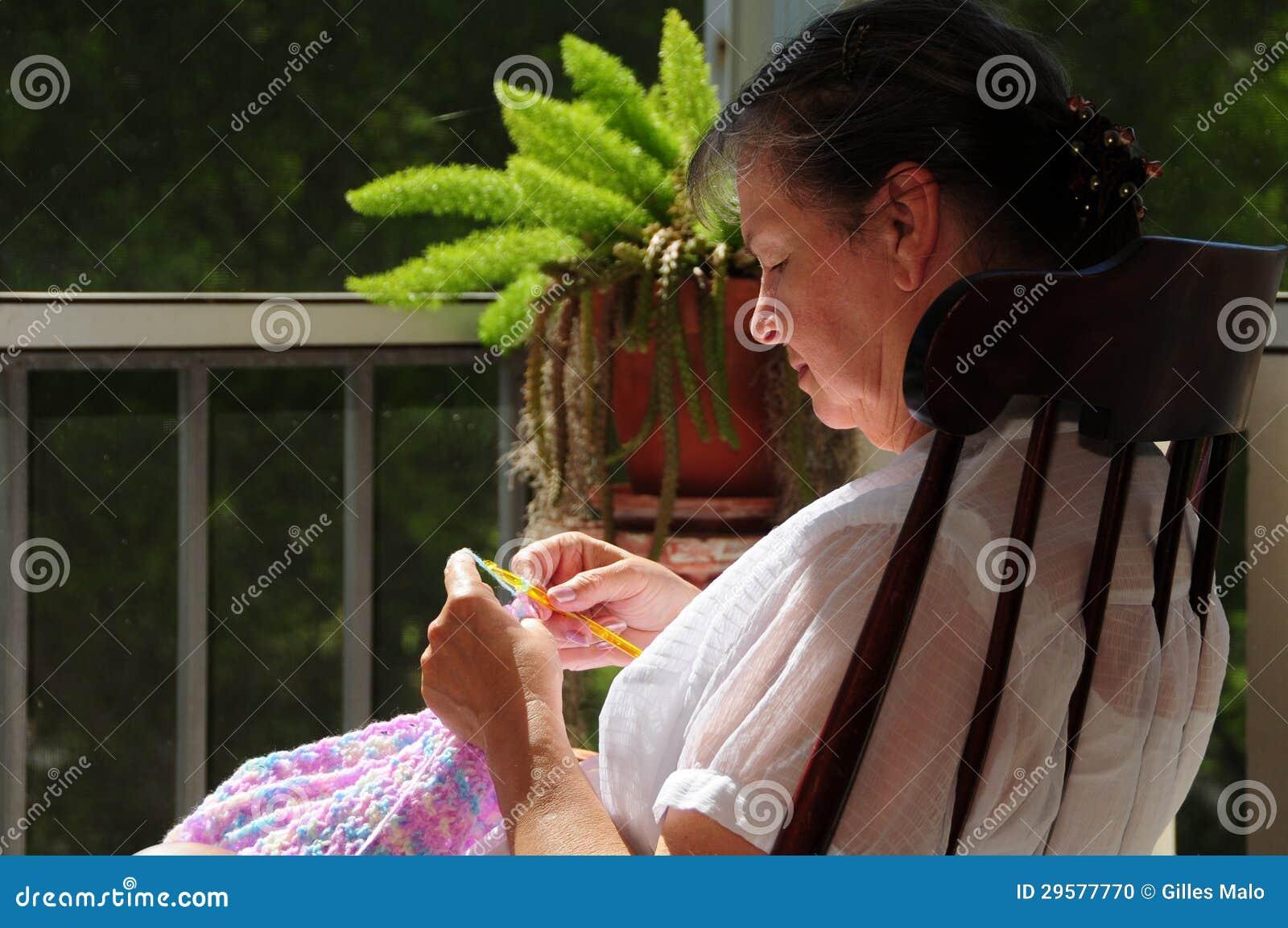 Mulher Na Cadeira De Balanço Usando O Crochet Foto de Stock Imagem  #8BA526 1300x953