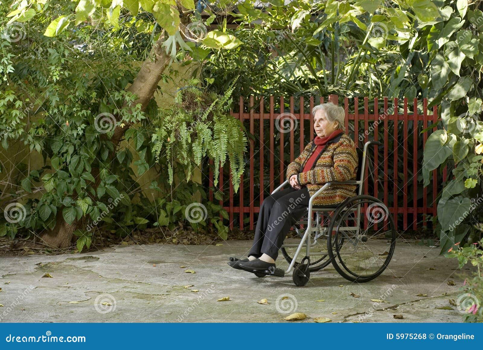 fotos jardim horizontal : fotos jardim horizontal:mulher idosa está sentando-se em uma cadeira de rodas em um jardim