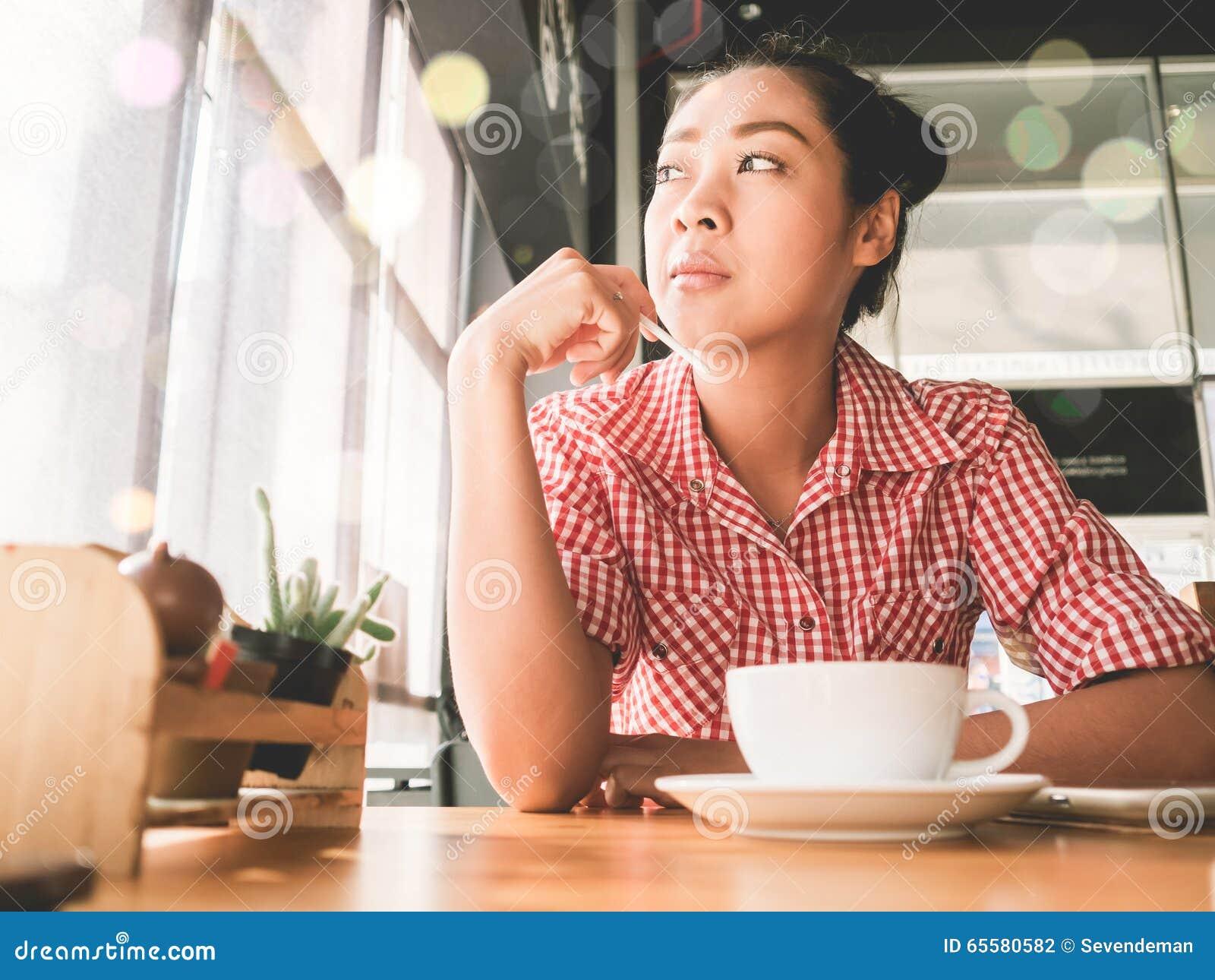 Mulher na cafetaria