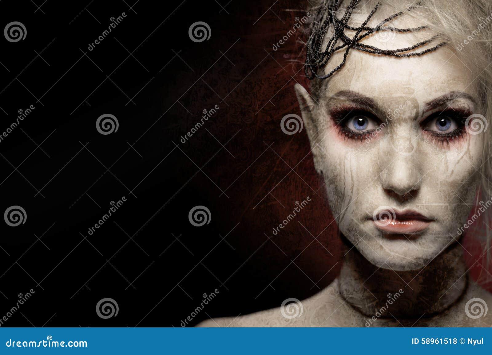 Mulher na composição assustador do Dia das Bruxas