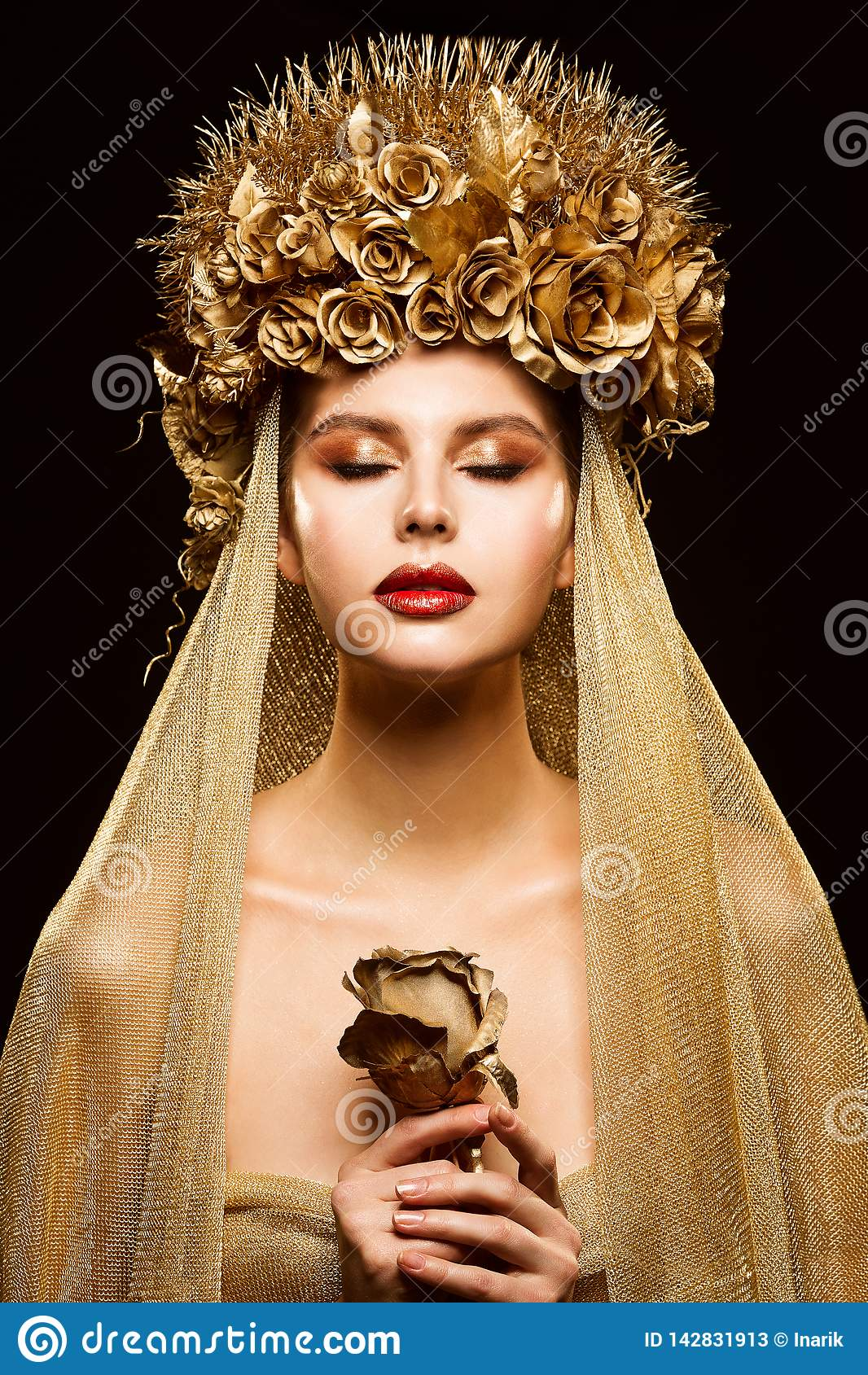 Mulher na coroa da flor do ouro, modelo de forma Beauty Makeup, noiva no véu dourado que guarda Rosa