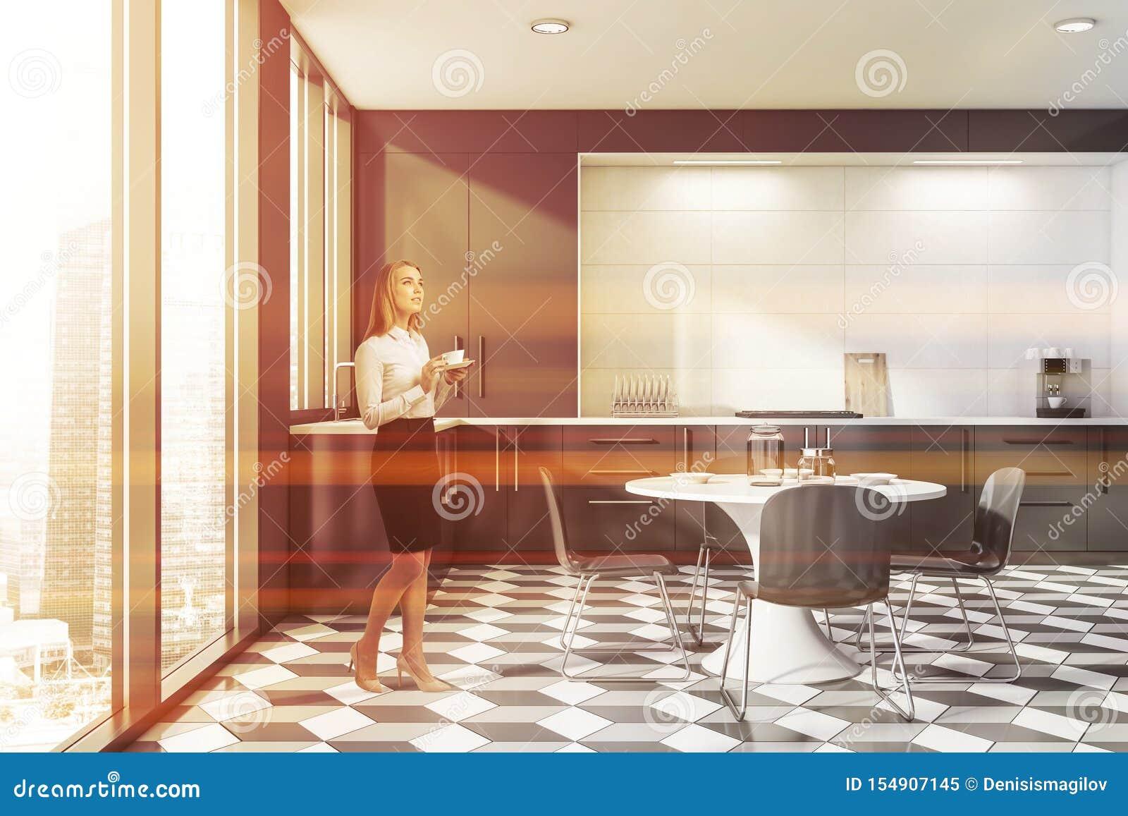 Mulher na cozinha cinzenta e branca minimalista