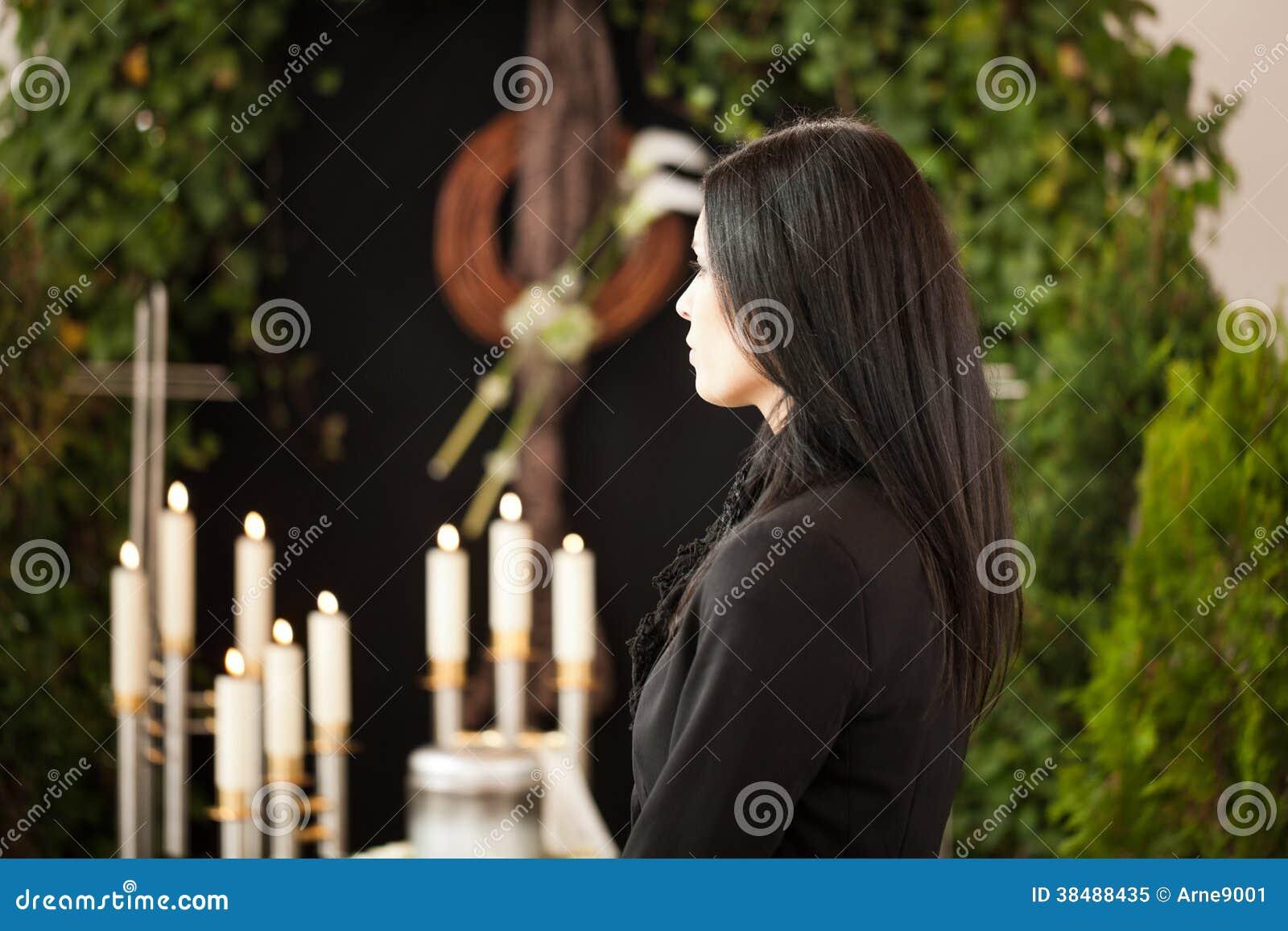 Mulher na lamentação fúnebre